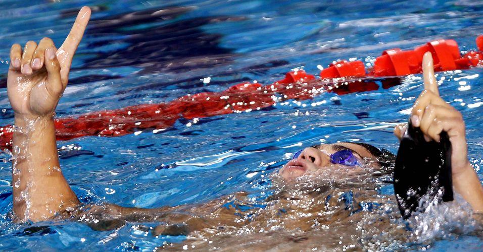 Felipe França comemora o primeiro lugar na prova dos 100m peito