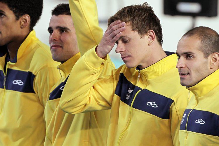 Equipe brasileira se prepara para receber a medalha de ouro no revezamento 4x100m livre