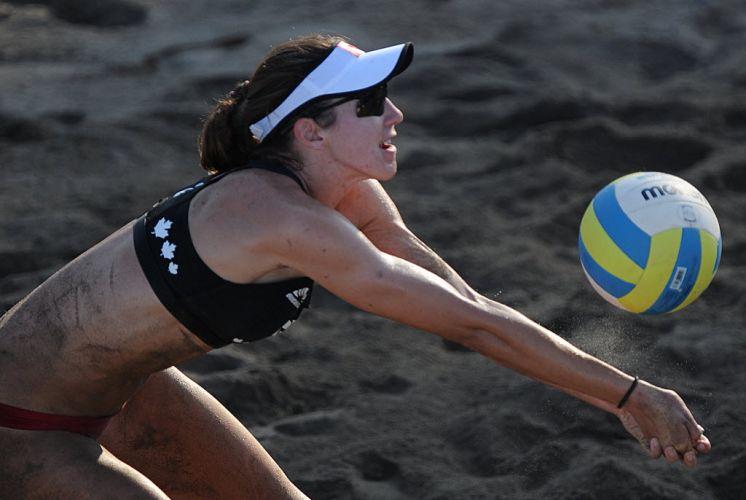 Canadense Elizabeth Maloney faz recepção na partida contra Porto Rico pelo vôlei de praia em Puerto Vallarta