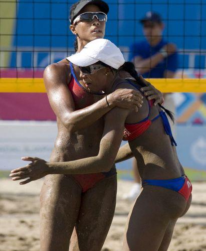 Yarleen Santiago e Yamileska Yantin, dupla de Porto Rico, superou a areia escura da quadra e venceu as argentinas Ana MarÌa Gally e MarÌa Virginia Zonta