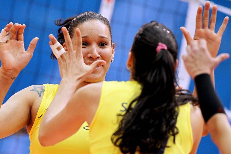 Tandara e Sheilla comemoram ponto da equipe brasileira na vitória por 3 sets a 1 sobre Cuba