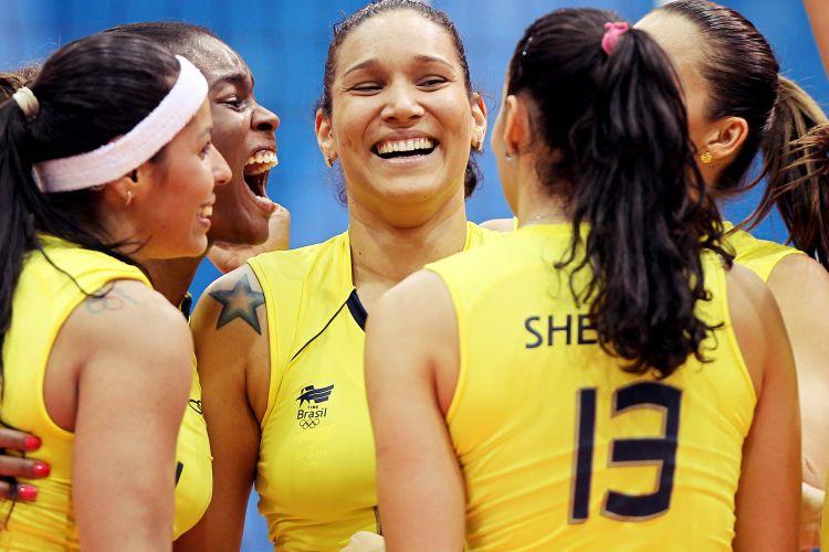 Paula Pequeno, Fabiana, Tandara, Sheilla e Dani Lins comemoram a vitória sobre Cuba por 3 sets a 1