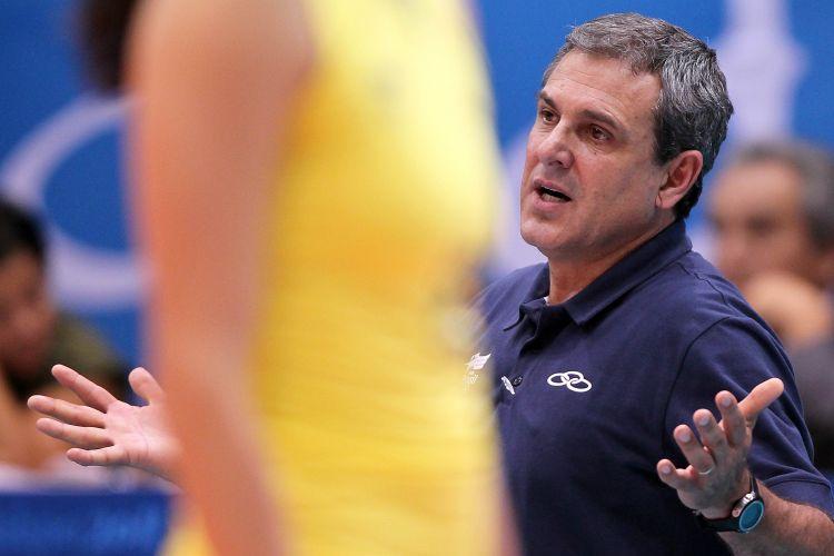 José Roberto Guimarães, técnico da seleção brasileira, reclama com as jogadoras brasileiras na vitória por 3 a 1 sobre Cuba