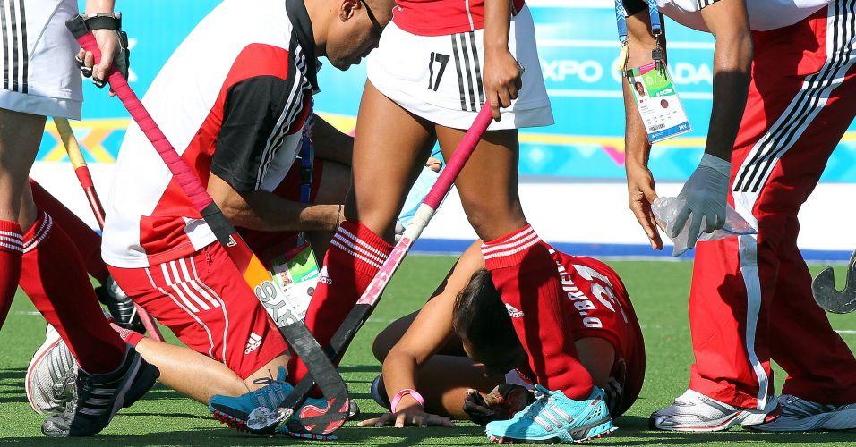 Atleta de Trinidad e Tobago recebe atendimento médico durante a derrota de sua equipe para a Argentina por 11 a 0