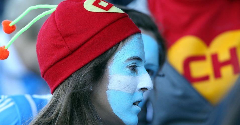 Torcedora da Argentina, com gorro do Chapolin Colorado, assiste ao jogo de estreia das Leonas no Pan