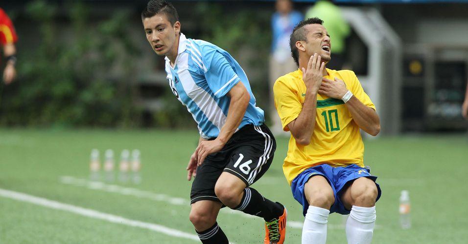 Felipe Anderson recebe falta de Adrian Martinez no clássico entre Brasil e Argentina em Guadalajara