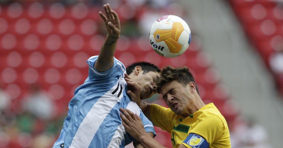 O capitão do Brasil Romário Leiria disputa bola em jogada aérea com o argentino Sergio Araujo