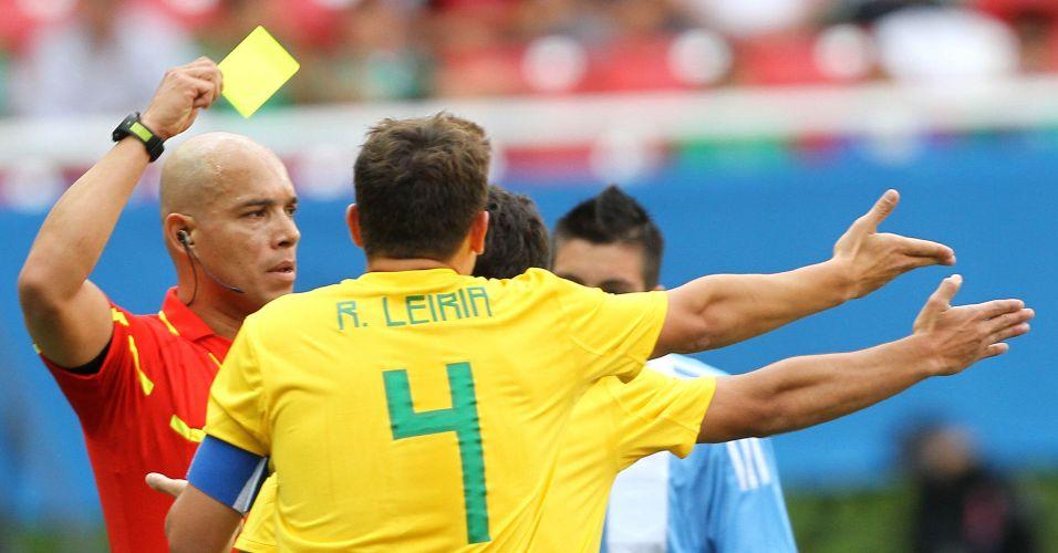 Brasileiros reclamam de cartão amarelo aplicado pelo árbitro, no confronto contra a seleção argentina