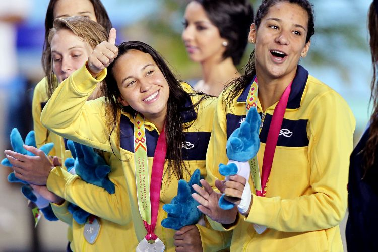 Brasileiras, com Joanna Maranhão (d), festejam a prata no revezamento 4 x 200 m livre