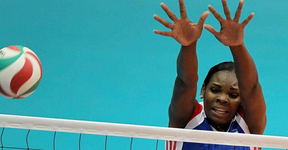 Cubana tenta bloquear o ataque brasileiro na decisão feminina do vôlei nos Jogos Pan-Americanos