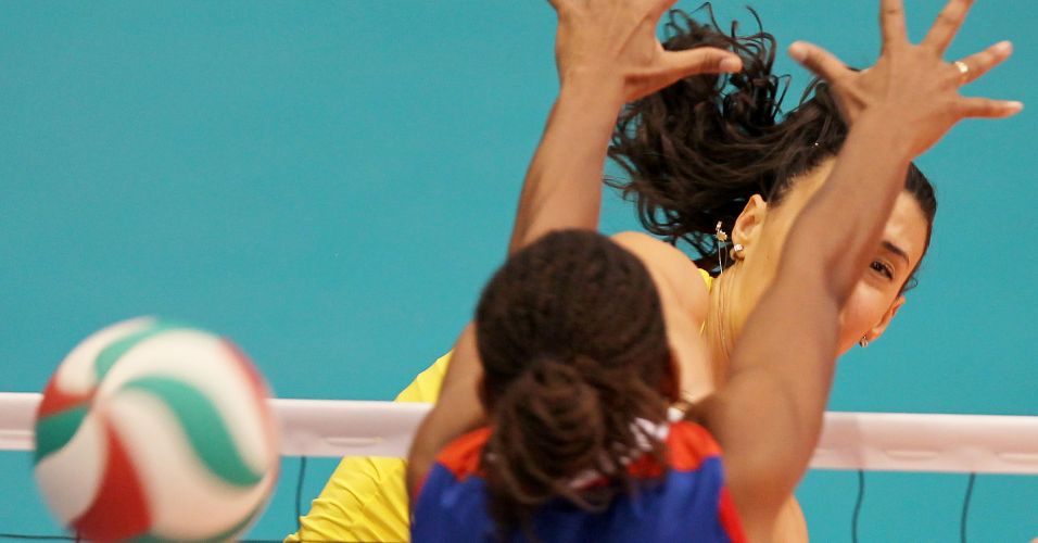 Oposto Sheilla supera o bloqueio da cubana Palacio e marca ponto para o Brasil na final do Pan-Americano