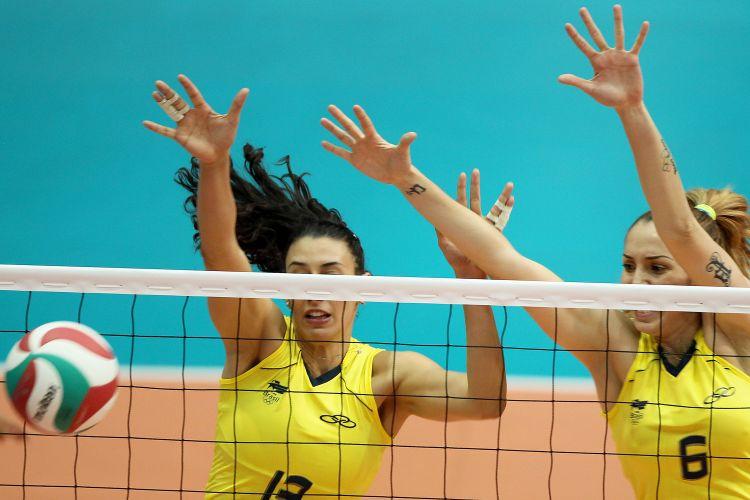 Sheilla e Thaísa bloqueiam ataque de jogadora cubana durante a decisão do Pan-Americano de Guadalajara