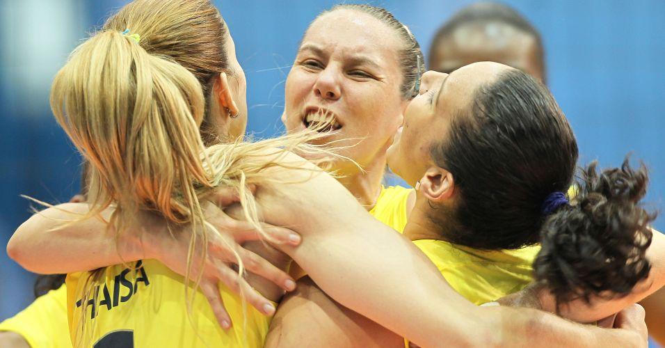 Thaísa, Fabíola e Tandara vibram com ponto marcado na vitória brasileira sobre Cuba, na decisão do Pan