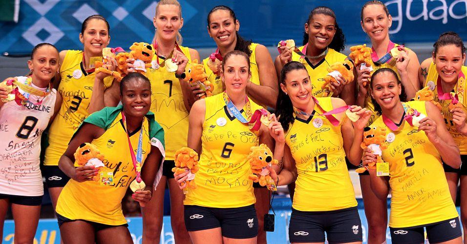 Jogadoras brasileiras exibem a medalha de ouro conquistada após vitória sobre Cuba; Fabi homenageou Jaqueline e vestiu a camisa nº 8