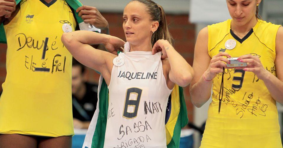 Fabi recebeu a medalha de ouro com a camiseta de Jaqueline, cortada do Pan após sofrer fratura na cervical na primeira partida