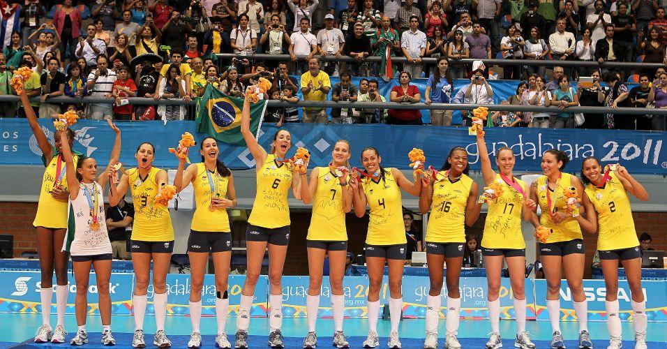 Jogadoras brasileiras comemoram o título pan-americano depois de receberem a medalha de ouro; time venceu Cuba por 3 sets a 2 na final