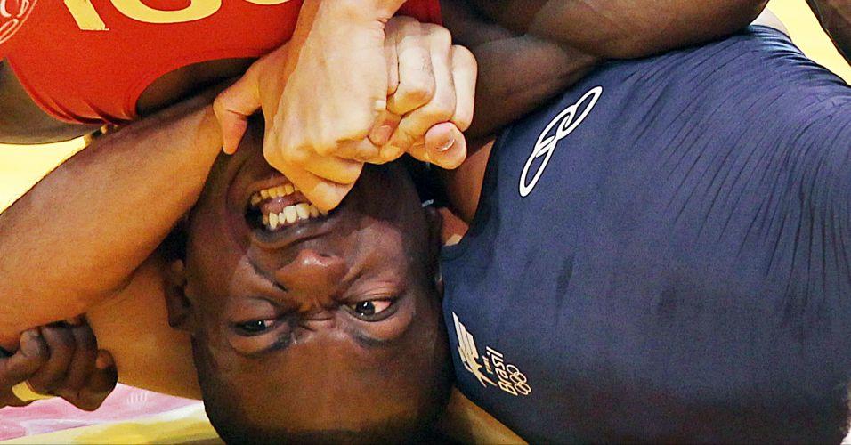 Colombiano Juan Carlos Lopez fica com a cabeça presa pelo brasileiro Rafael Pascoa