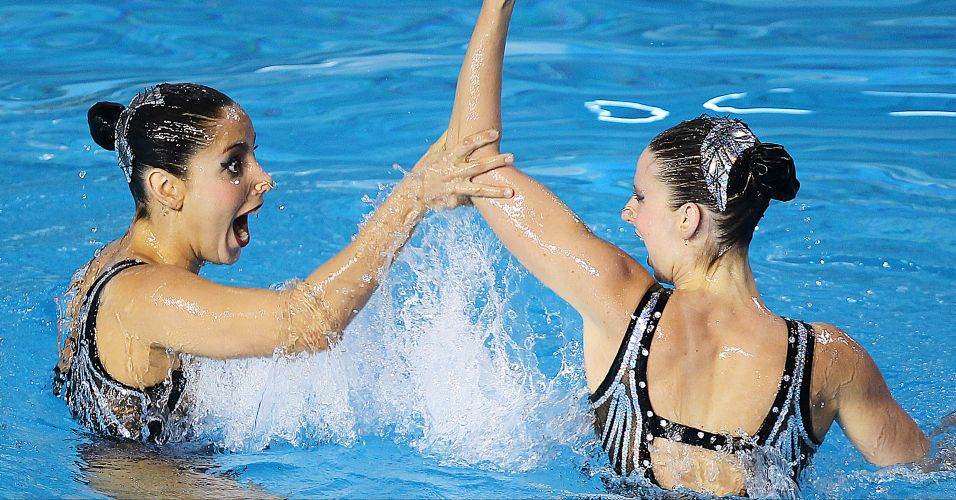 Lara Teixeira e Nayara Figueira realizam movimento durante a coreografia livre do dueto no nado sincronizado