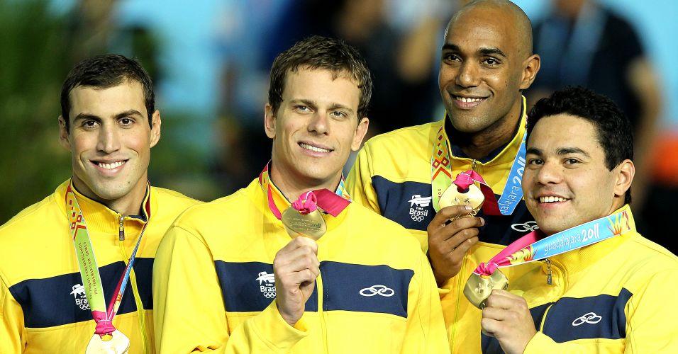 Guilherme Guido, Cesar Cielo, Gabriel Mangabeira e Felipe França mostram o ouro do 4x100 m medley. Thiago Pereira também ganhou a medalha, por ter nadado na eliminatória