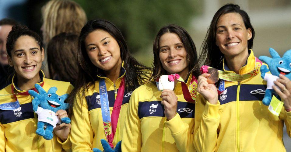 Daynara de Paula, Tatiane Sakemi, Tatiana Barbosa e Fabíola Molina exibem o bronze do revezamento 4x100 m medley