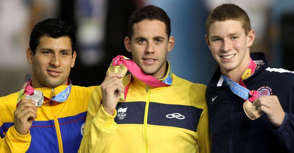 Thiago Pereira mostra o ouro vencido na prova dos 200 m costas em Guadalajara