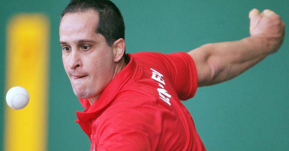 Jogador fixa olhar na bola de pelota basca antes de executar sua jogada nos Jogos Pan-Americanos
