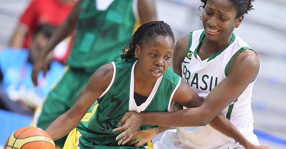 Melissa Farquharson tenta escapar da marcação de Jaqueline na partida entre Brasil e Jamaica pela segunda rodada do basquete