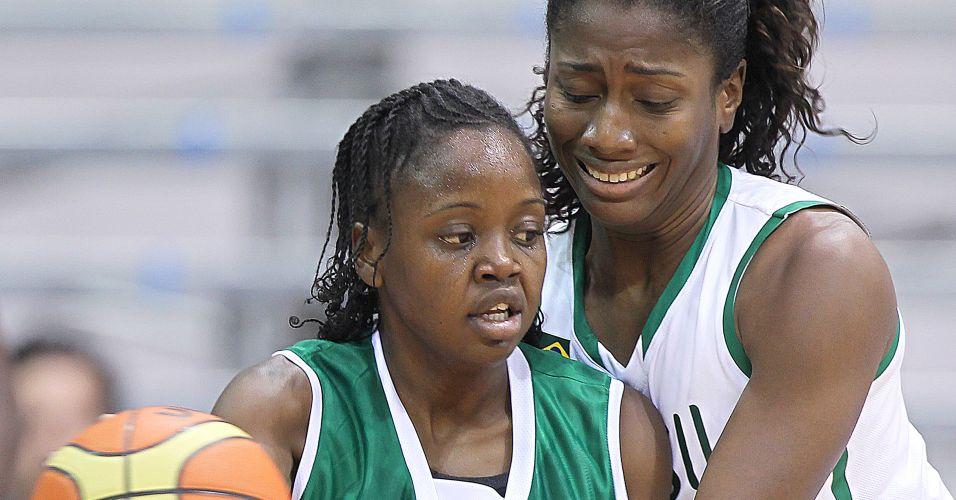 Jamaicana Melissa Farquharson e a brasileira Jaqueline fazem disputa acirrada na partida pela segunda rodada do basquete feminino no Pan