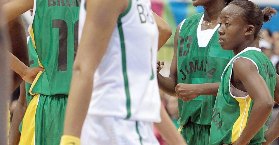Com apenas 1,63 m, jamaicana Zandria Dell chama a atenção no meio das grandonas do basquete
