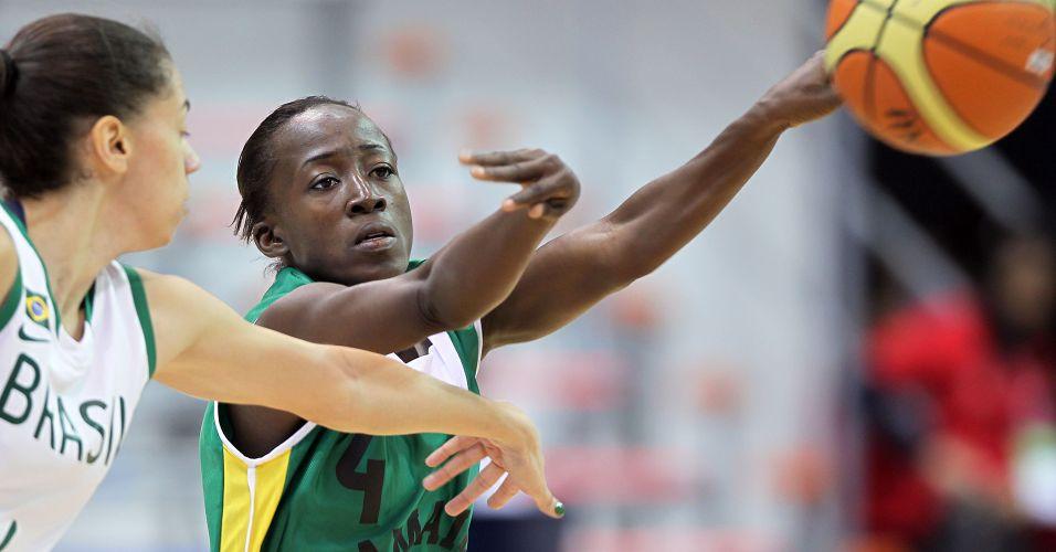 Jamaicana Zandria Dell tenta arremesso na derrota para a seleção brasileira por 116 a 34