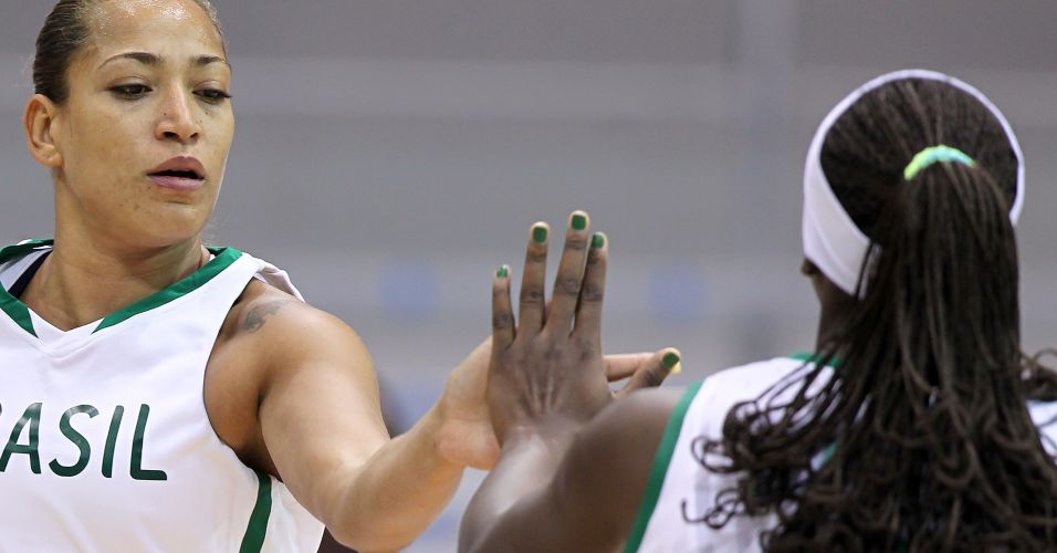 Erika cumprimenta Clarissa na vitória do Brasil sobre a Jamaica pelo Pan