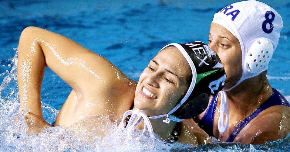 Luiza Carvalho disputa jogada com mexicana durante vitória do Brasil na estreia do polo aquático feminino