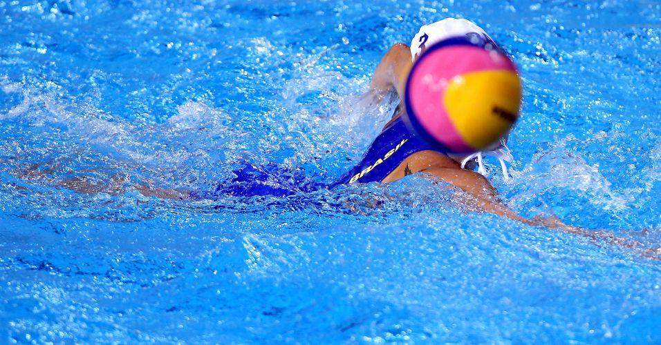 Brasileira nada atrás da bola durante estreia no polo aquático do Pan de Guadalajara