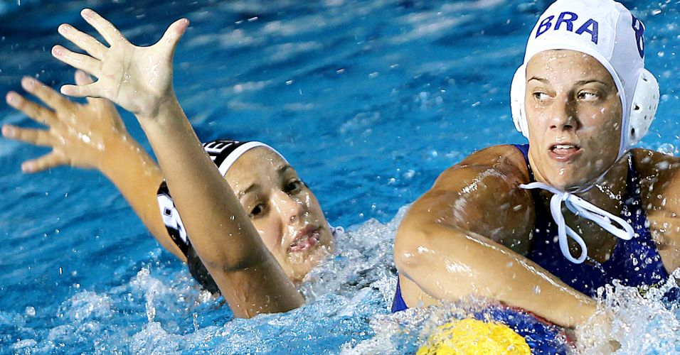 Brasileira disputa jogada com mexicana durante vitória do Brasil na estreia do polo aquático feminino