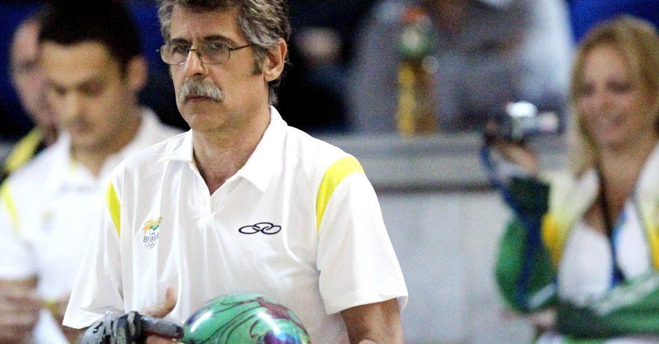 Márcio Vieira, de 58 anos, concentra-se antes de executar sua jogada no boliche em Guadalajara