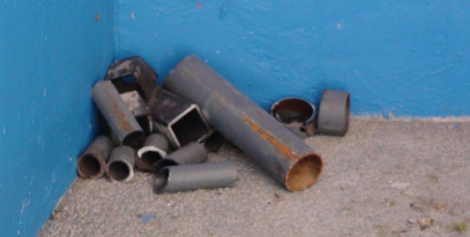 Restos de materiais de construção foram esquecidos pelos organizadores