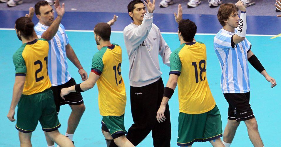 Brasileiros e argentinos se cumprimentam antes da final do handebol masculino em Guadalajara