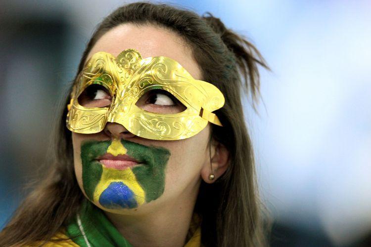 Na torcida pelo Brasil na final do handebol masculino, menina coloca máscara e pinta o rosto