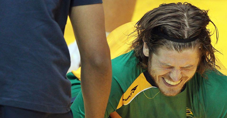 Renato Tupan, do Brasil, sente dor no tornozelo direito após torção durante a final do handebol masculino, contra a Argentina