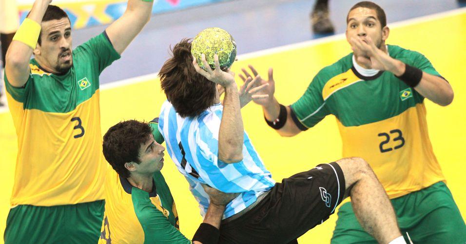 Marcado por três brasileiros, jogador da Argentina tenta arremesso na final do handebol, nesta segunda