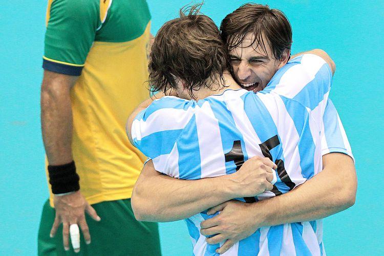 Jogadores argentinos se abraçam para comemorar a medalha de ouro no handebol após vitória sobre o Brasil por 26 a 23