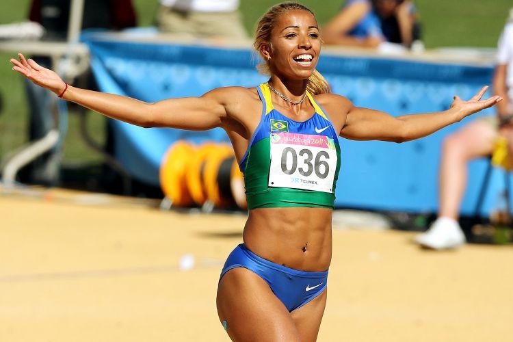 Lucimara Silvestre comemora êxito no salto em altura, durante a prova do heptatlo