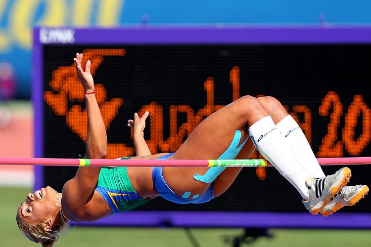 Lucimara Silvestre compete no salto em altura, pelo heptatlo, e passa pelo sarrafo - ela foi a melhor na prova