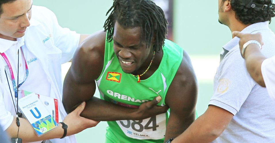 Keron Toussaint, de Granada, passa mal aps a disputa dos 400 m rasos em Guadalajara