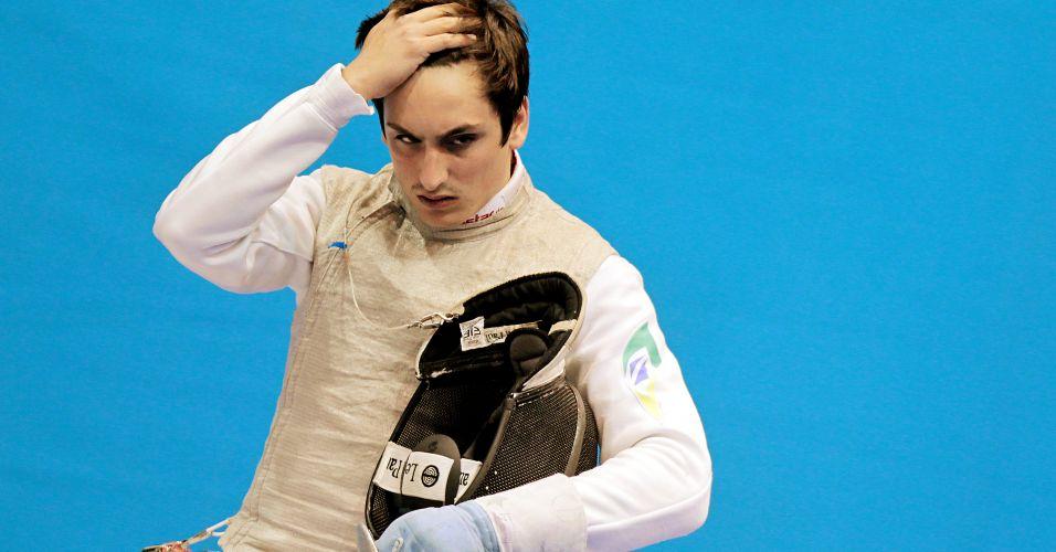Brasileiro Guilherme Toldo lamenta derrota em um de seus confrontos na fase eliminatória do florete masculino