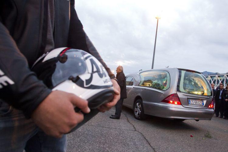 Caixão com o corpo de Marco Simoncelli foi colocado em um carro e levado para a cidade de Coriano, onde mora a família do piloto. Ele morreu após sofrer um gravíssimo acidente durante o GP da Malásia de MotoGP, neste domingo, no circuito de Sepang