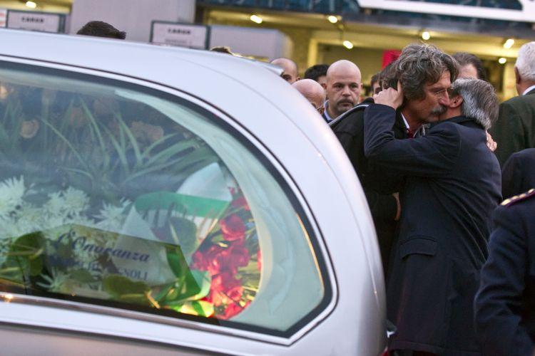 Paolo, pai de Marco Simoncelli, é confortado. Corpo do piloto italiano chegou à Itália e foi levado para a cidade de Coriano, onde vive sua família