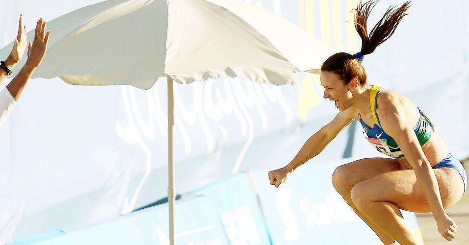 Maurren Maggi comemora salto de 6,94 m, seu melhor na temporada, durante a final do salto em distância do Pan; atleta faturou o ouro