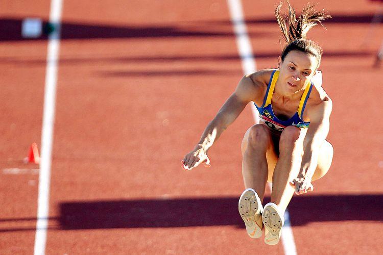 Maurren salta durante a final do salto em distância; ela começou com uma marca fraca, mas logo fez seu melhor salto do ano, assumindo a liderança; atleta faturou o ouro