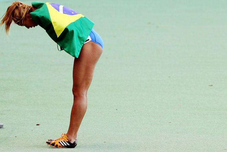 Exausta, Lucimara Silvestre comemora o ouro em Guadalajara, ao dominar o heptatlo